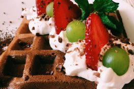 Gofry czekoladowe z owocami