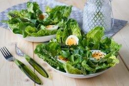 Sałatka z zielonymi szparagami i jajkiem