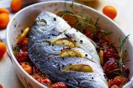 Ryba pieczona z pomidorami
