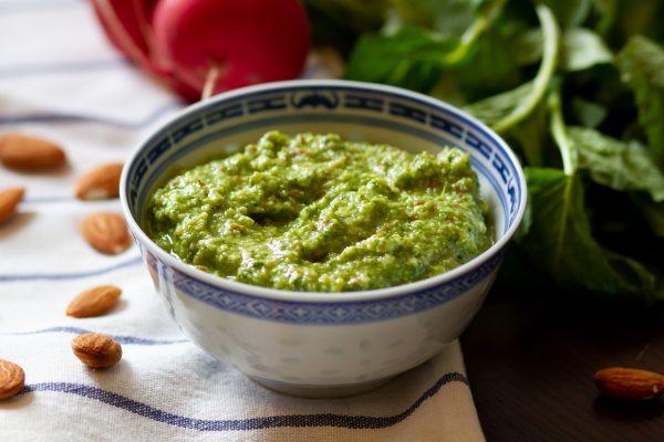 Pesto z liści rzodkiewki, migdałów i oliwy