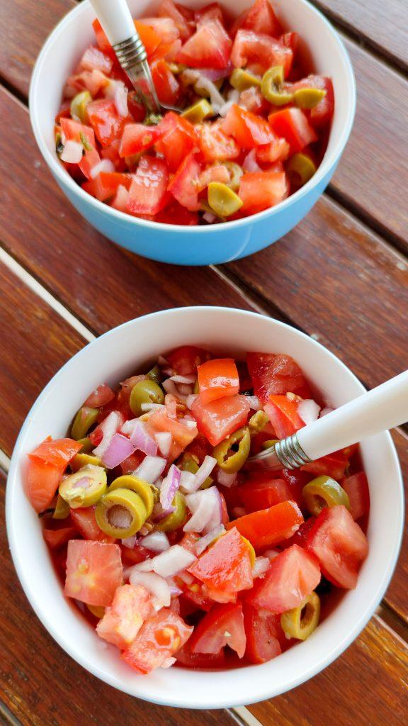 Salsa pomidorowa z oliwkami i cebulą