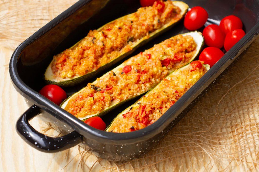 Faszerowana cukinia z kasza jaglaną i pomidorami