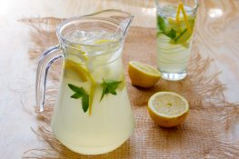 Lemoniada z wody i cytryny