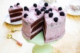 Tort z kremem jeżynowym