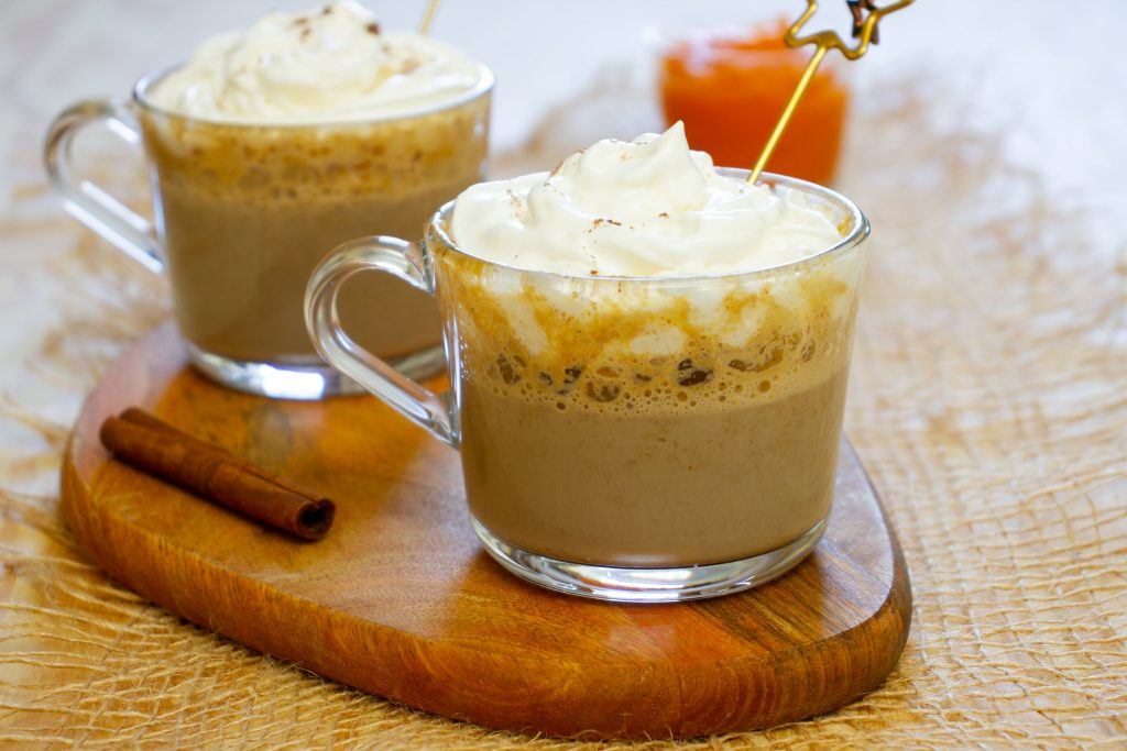 Latte z puree z dyni i przyprawą do piernika